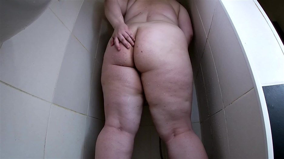 margo - BBW Taking a Poop in the Shower